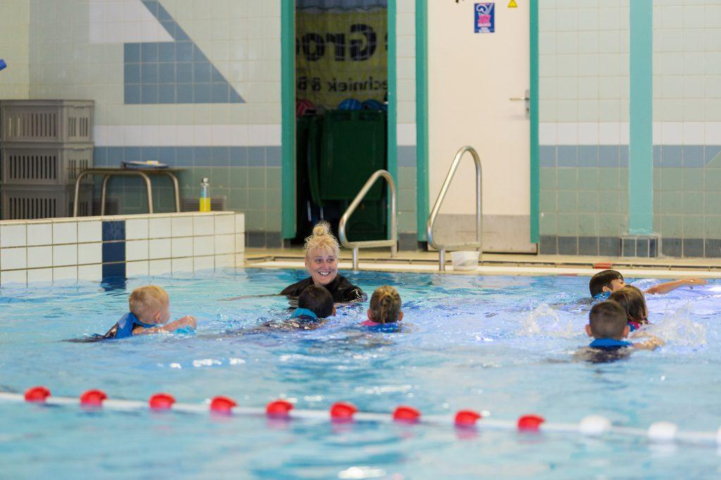 Reguliere zwemles bij Sportbedrijf Kaag en Braassem in zwembad De Tweesprong